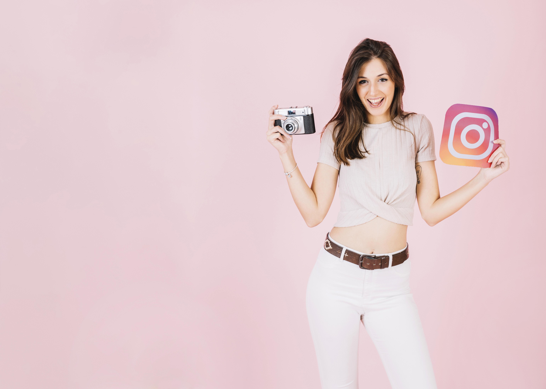 kobieta z aparatem i ikoną instagrama