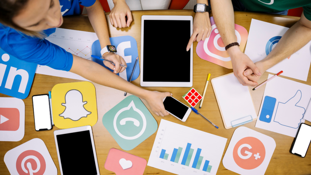 ikony social media, tablet, smartfon i ludzie