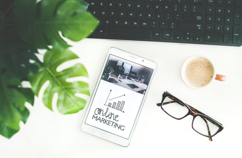 smartfon, klawiatura, okulary i kawa