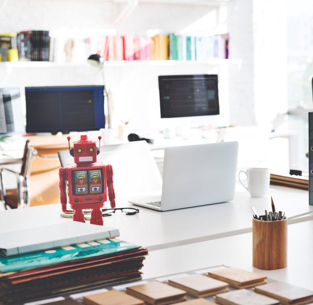 robot na biurku