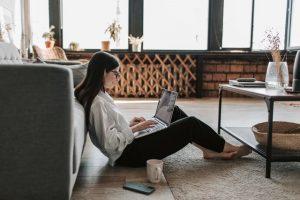 osoba używająca laptopa